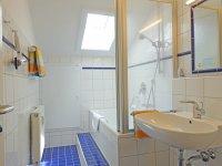 Großes Badezimmer mit Badewanne/Dusche