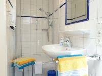 zweites Badezimmer mit Dusche und WC