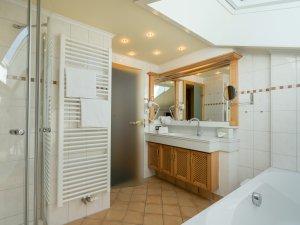 Badezimmer der Kategorie Sonnenkopf im Heuwirt des Berwanger Hof - 4 Sterne Hotel im Allgäu