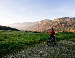 Radtour durch nebelverhangene Täler