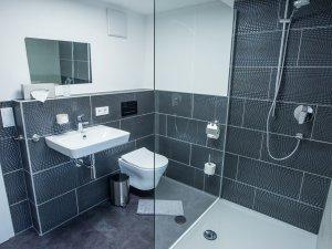 Geräumiges Badezimmer mit ebenerdiger Dusche