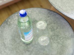 Erfrischendes Mineralwasser auf dem Zimmer