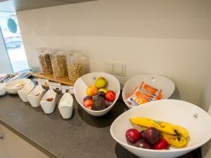 Vielfältige Auswahl an Müsli und Obst