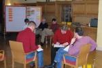 Seminarteilnehmer bearbeiten Unterlagen