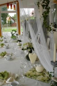 Hochzeitstisch festlich dekoriert