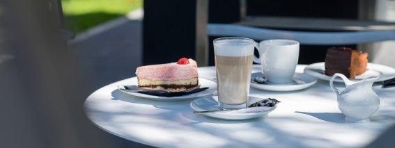 Kaffee und Kuchen im Garten genießen