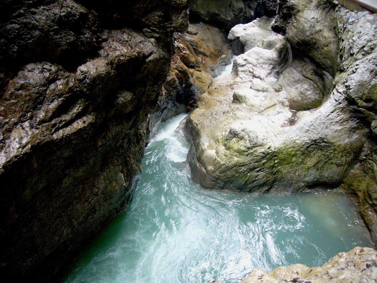 Ausgeschliffene Wassermulden
