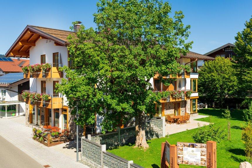 Casatina Hausansicht Sommer - Ferienwohnungen Casatina Oberstdorf