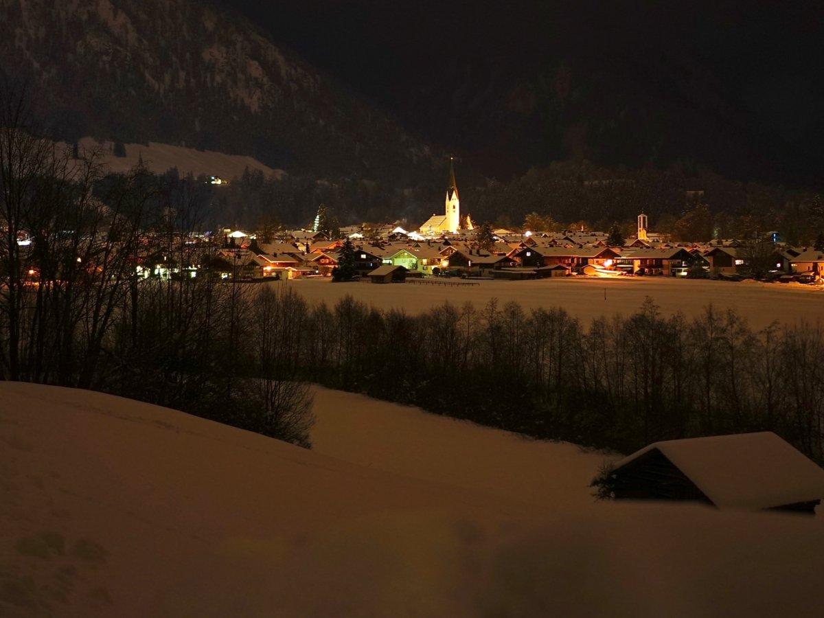 Blick auf die Kirche bei Nacht