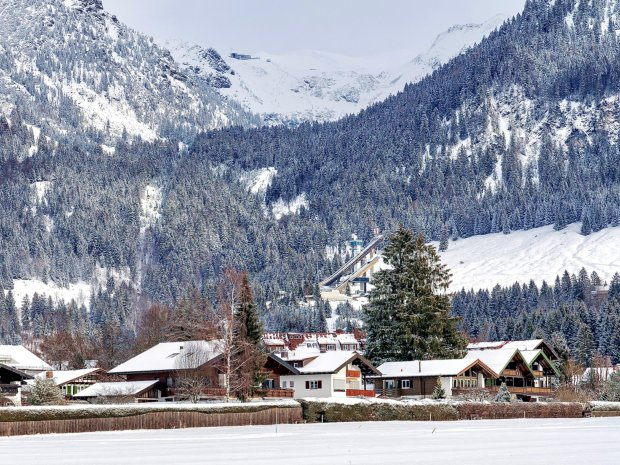 Blick auf das verschneite Nebelhorn und die Schanze