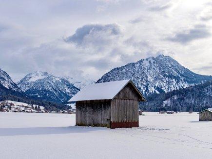 Eine der Zahlreichen Hüttchen in den Wiesen vor Oberstdorf