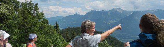 Irmela Fischer erklärt die Bergwelt