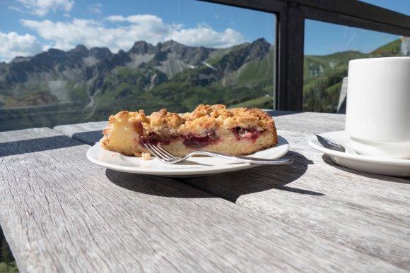 Kaffee und Kuchen auf der Terrasse