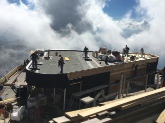 Das Dach des Erdgeschoss wird fertiggestellt