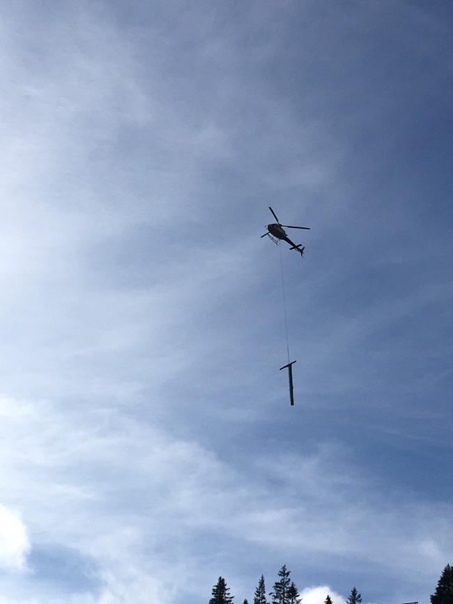 Stützenmontage per Hubschrauber