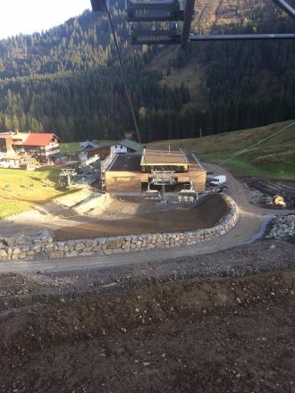 Blick auf die so gut wie fertige Talstation der Olympiabahn