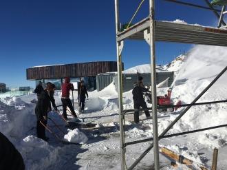 Mit vereinten Kräften wird die Terrasse vom Schnee befreit