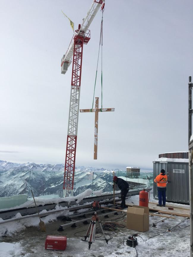 Das neue Gipfelkreuz wird per Kran geliefert