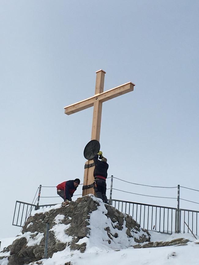 Aufbau des neuen Gipfelkreuzes