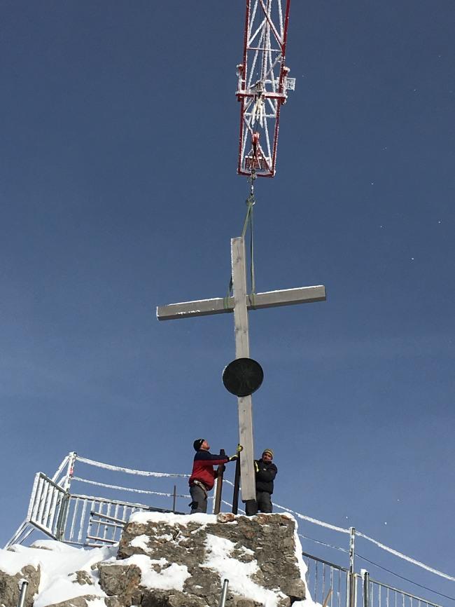Das alte Gipfelkreuz wird abgebaut