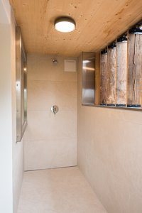 Moderne, helle Dusche im Waidmannsheil