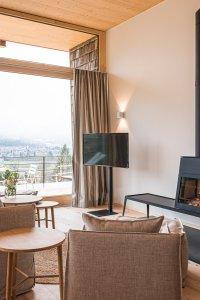 Wohnbereich mit Ofen im Waidmannsheil mit Blick auf die Bergwelt