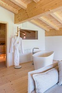 Saunabereich mit freistehender Badewanne im Halali