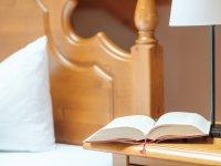 Nachttisch mit Buch