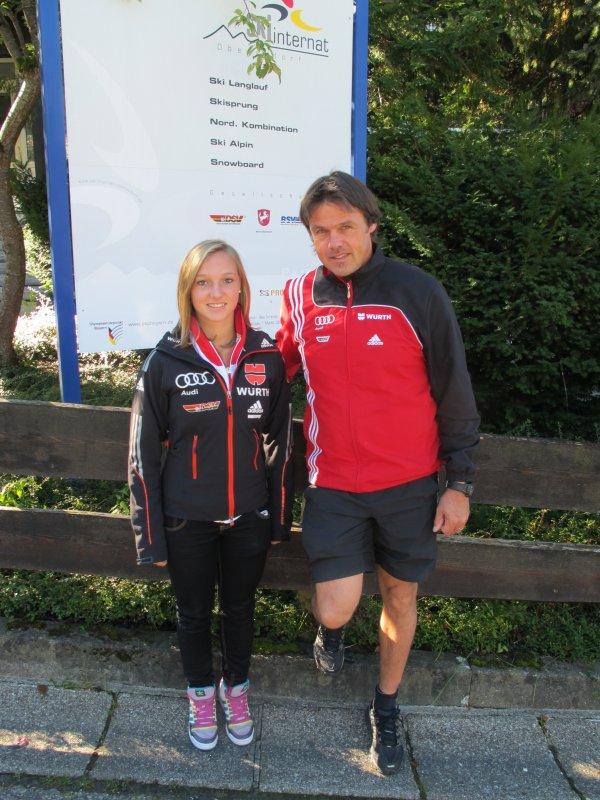 Katharina Althaus und Bundestrainer Andi Bauer