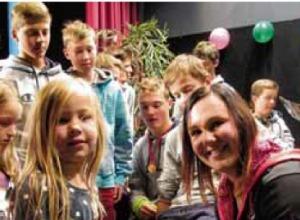Gina Stechert steht den Kindern Rede und Antwort
