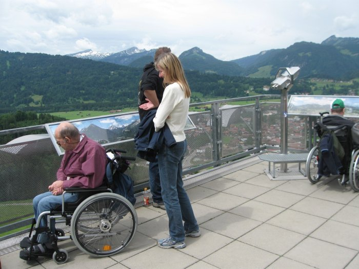Rollstuhlfahrer auf der Aussichtsplattform