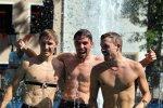 Johannes Rydzek mit seinen Teamkollegen Fabian Rießle und Manuel Faißt beim Bad im Ortsbrunnen in Oberwiesenthal