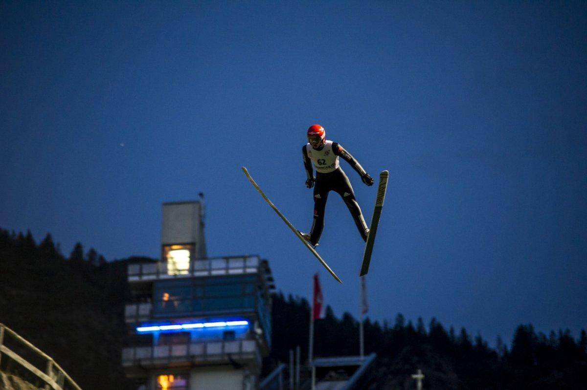 Karl Geiger springt zum Sieg