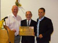 St. Johannes Baptist, Verabschiedung Pfarrer Guggenberger mit Peter Krujer (links) und Willi Geiger (rechts)