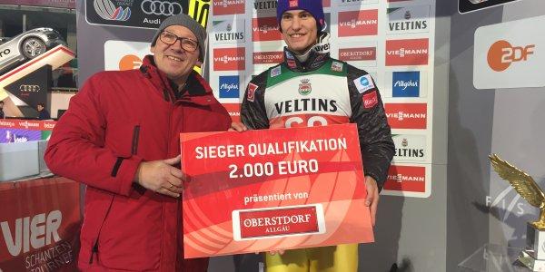 Oberstdorfs Tourismusdirektor Horst Graf übergibt den Siegerscheck