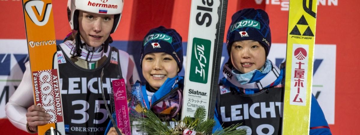 Sara Takanashi gewinnt am ersten Tag