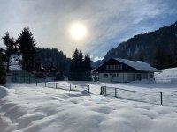 Verschneiter Tennisplatz