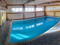Großes Indoor-Schwimmbad