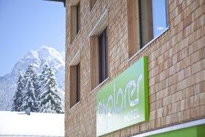 Explorer Hotel vor Winterkulisse