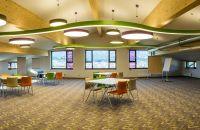 Großräumiger Tagungsraum mit Tageslicht und Ausblick