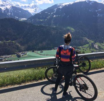 Rebecca genießt die Aussicht auf das Tal & die Montafoner Berge