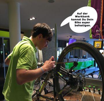 Jonas an der Werkbank