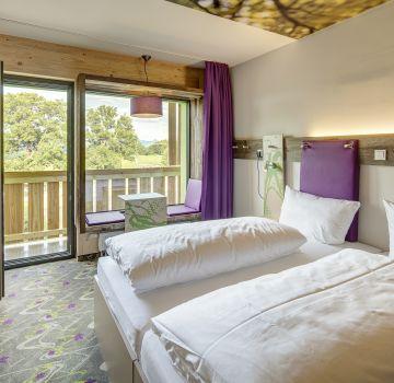 Moderne Zimmer mit gemütlicher Sitzbank im Panoramafenster