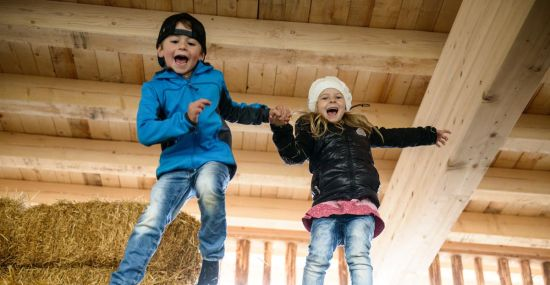 Bewegung und Spaß beim Heuhüpfen im Zillertal