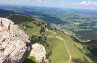 Blick vom Aggenstein auf Bergbahn und Breitenberg