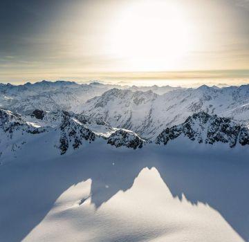 Traumhafter Sonnenuntergang über den Bergen bei Sölden