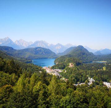 Schloss Hohenschwangau mit Alpsee und Schwansee
