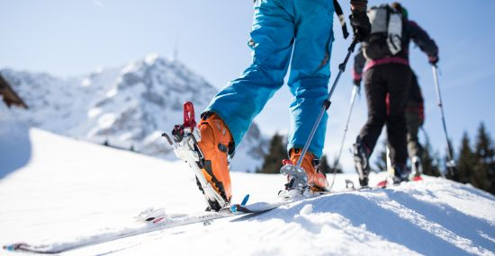 Skitour durch die weiße Winterlandschaft