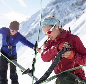 Wir ziehen den Skiern das Fell ab