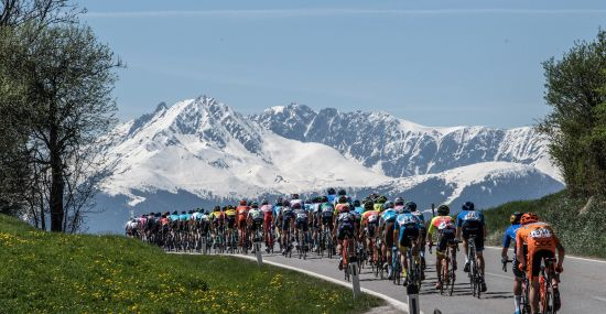Verschneites Bergpanorama bei der Tour of the Alps